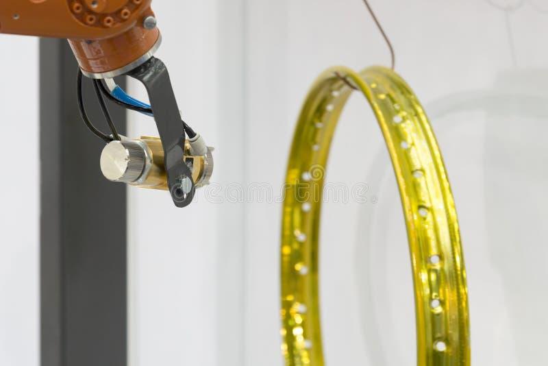 Το πυροβόλο όπλο ζωγραφικής συνδέει το βραχίονα ρομπότ στοκ φωτογραφίες με δικαίωμα ελεύθερης χρήσης
