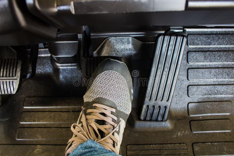 Το πόδι οδηγών ` s στο βήμα στο πεντάλι φρένων στοκ εικόνα
