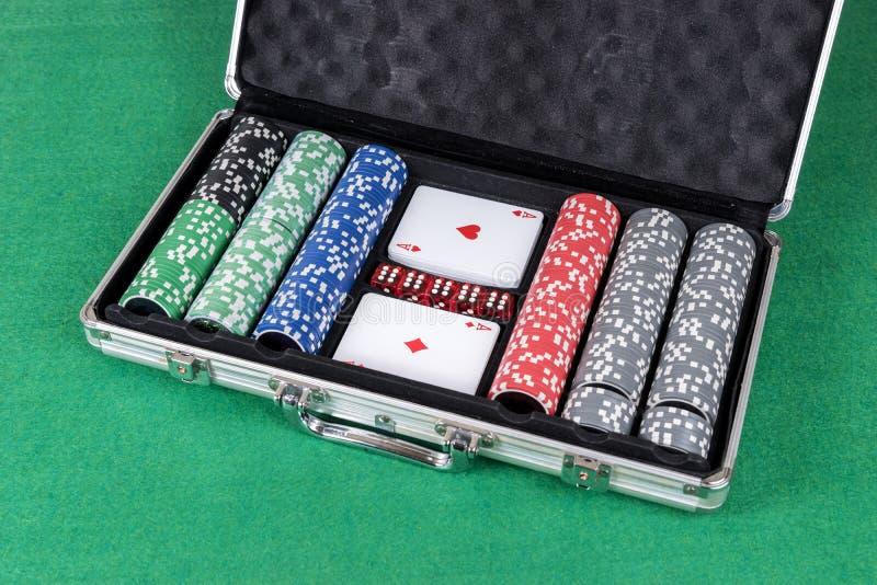 Το πόκερ που τίθεται με τις κάρτες, χωρίζει σε τετράγωνα και τσιπ στοκ εικόνες