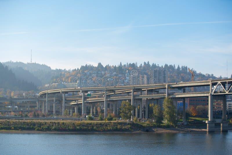 Το Πόρτλαντ γεφυρώνει το τοπίο πέρα από τον ποταμό Willamette στοκ φωτογραφία με δικαίωμα ελεύθερης χρήσης
