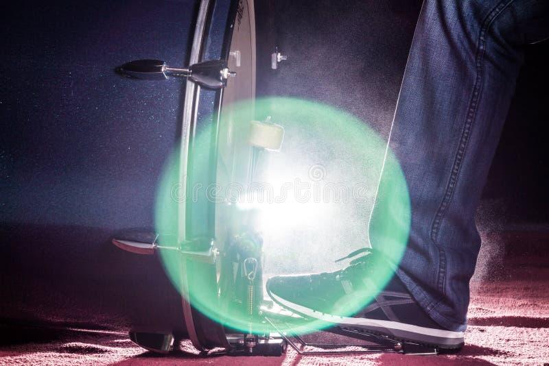 Το πόδι τυμπανιστών ` s φορά το πάνινο παπούτσι παίζει το βαθύ πεντάλι τυμπάνων στοκ φωτογραφία με δικαίωμα ελεύθερης χρήσης