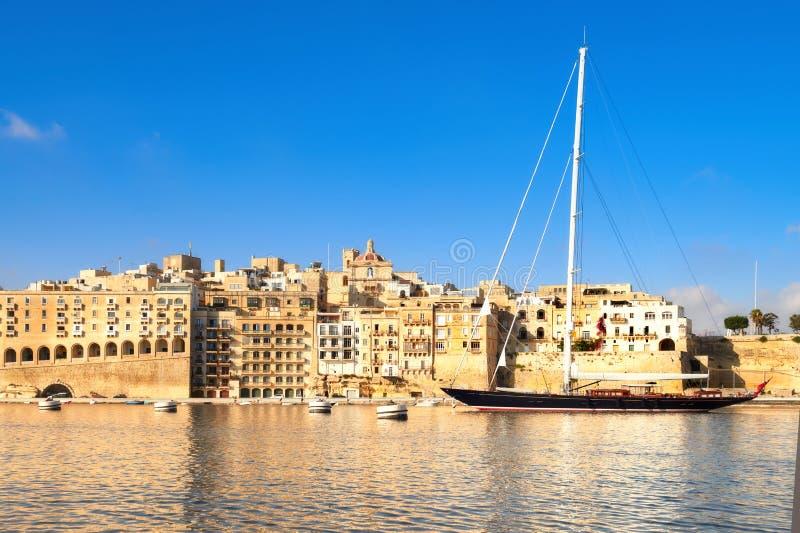 Το πλέοντας σκάφος μπαίνει στο μεγάλο κόλπο Valletta, Μάλτα στοκ φωτογραφίες