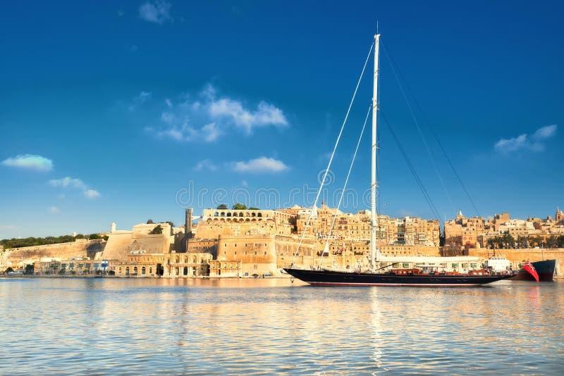 Το πλέοντας σκάφος μπαίνει στο μεγάλο κόλπο Valletta μια φωτεινή ημέρα στοκ φωτογραφίες με δικαίωμα ελεύθερης χρήσης