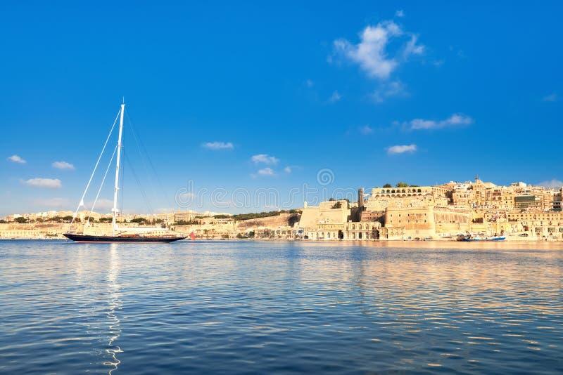 Το πλέοντας σκάφος μπαίνει στο μεγάλο κόλπο Valletta μια φωτεινή ημέρα στοκ εικόνα