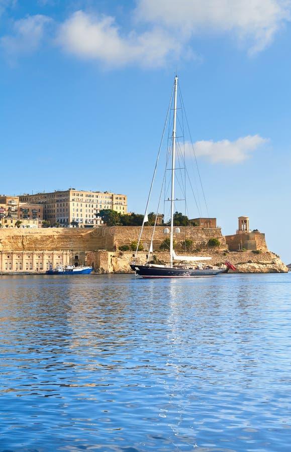 Το πλέοντας σκάφος μπαίνει στο μεγάλο κόλπο Valletta μια φωτεινή ημέρα στοκ φωτογραφία με δικαίωμα ελεύθερης χρήσης