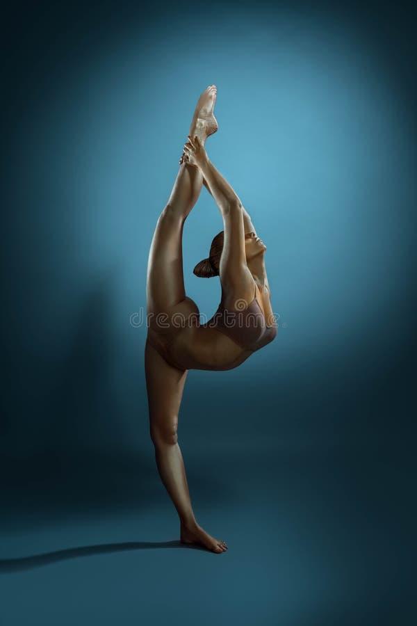 Το πλήρες μήκος επιχαλκωμενός gymnast αποδίδει στο στούντιο στοκ εικόνες