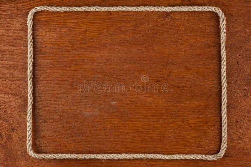 Το πλαίσιο του σχοινιού, βρίσκεται σε ένα υπόβαθρο μιας ξύλινης επιφάνειας στοκ φωτογραφία με δικαίωμα ελεύθερης χρήσης