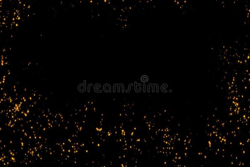 Το πλαίσιο χρυσού ακτινοβολεί αστέρια μορίων φυσαλίδων σπινθηρίσματος στο μαύρο υπόβαθρο, εορταστικές διακοπές καλής χρονιάς γεγο στοκ εικόνα