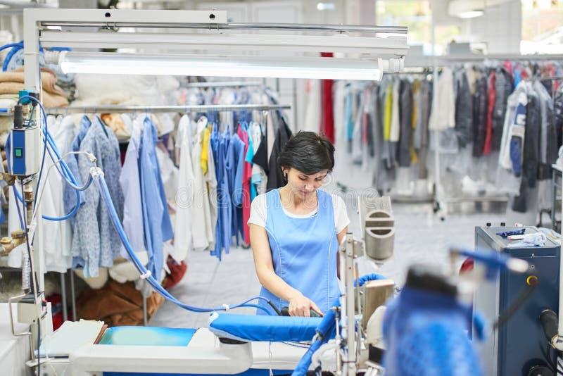 Το πλυντήριο εργαζομένων που σιδερώνεται το σίδηρο ντύνει ξηρό στοκ εικόνες με δικαίωμα ελεύθερης χρήσης