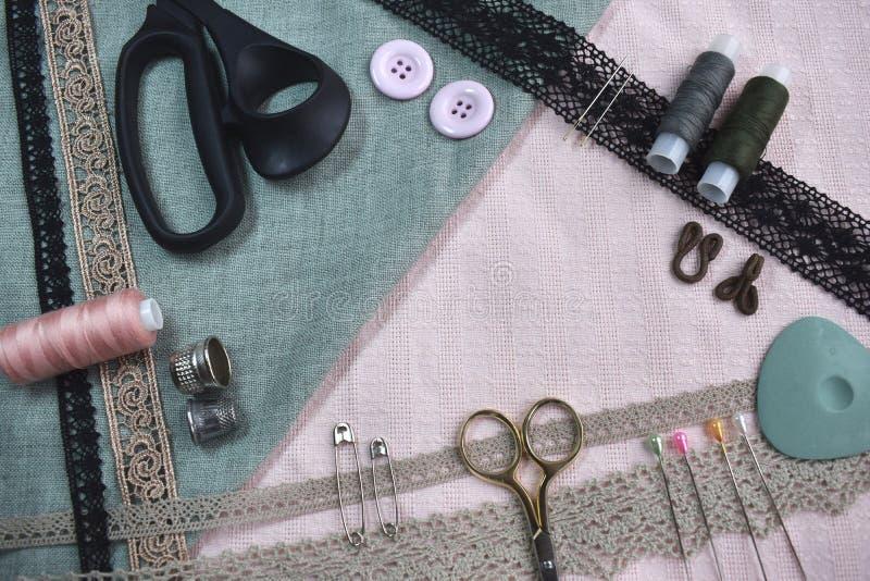 Το ράβοντας επιτραπέζιο επίπεδο σκηνής βάζει τη σύνθεση Νήματα, δαντέ στοκ φωτογραφίες
