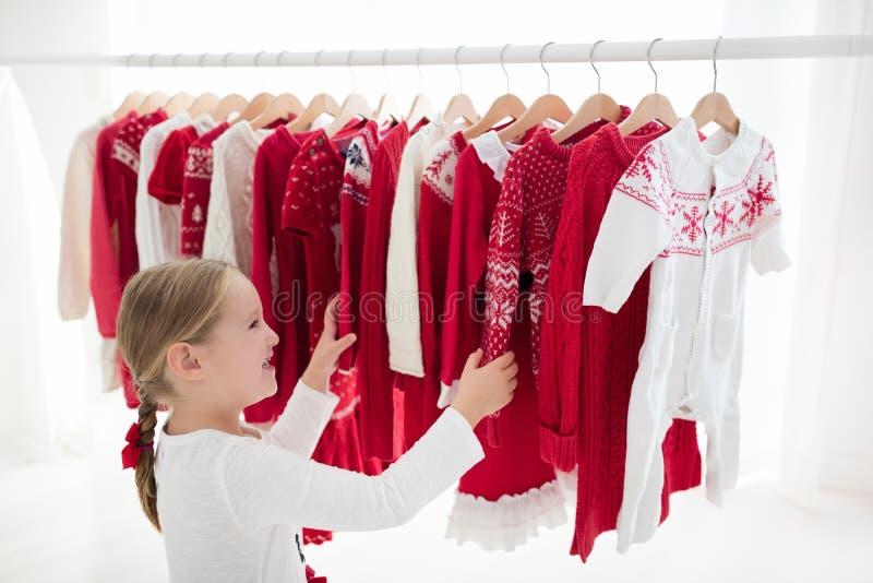 Το ράφι ενδυμάτων με τα κόκκινα Χριστούγεννα πλέκει την ένδυση στοκ φωτογραφία με δικαίωμα ελεύθερης χρήσης