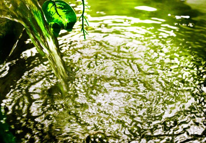 Το ρεύμα του νερού χύνει στη λίμνη στοκ φωτογραφία