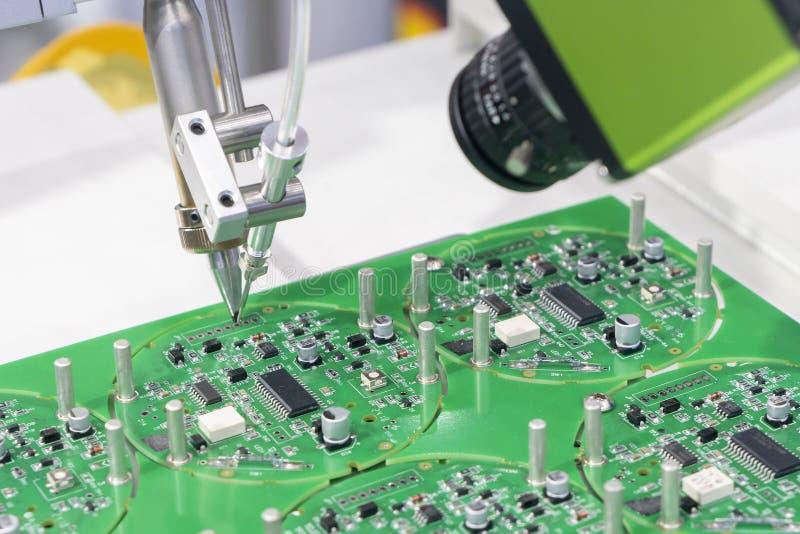 Το ρομποτικό σύστημα για τη διαδικασία συγκόλλησης με τον πίνακα ηλεκτρονικής στοκ φωτογραφία με δικαίωμα ελεύθερης χρήσης
