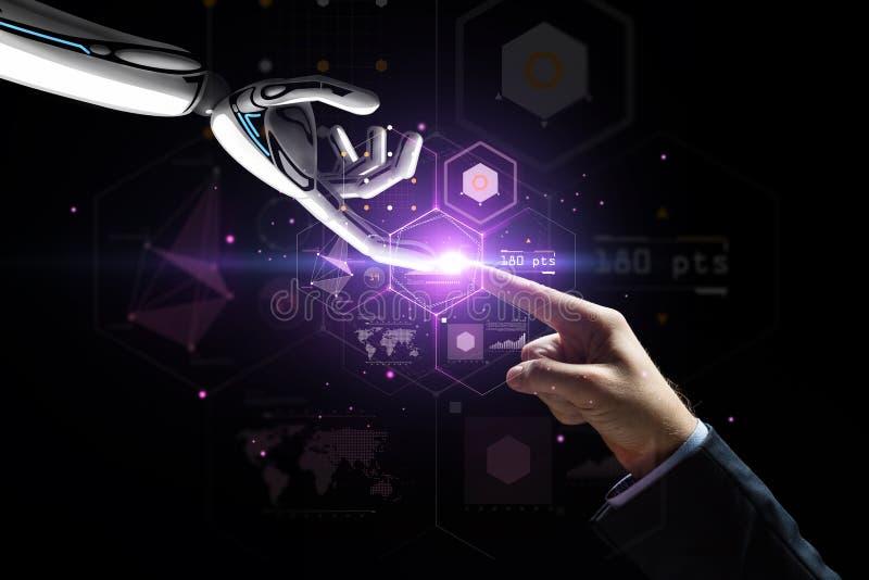 Το ρομπότ και ο άνθρωπος παραδίδουν την εικονική προβολή στοκ φωτογραφία με δικαίωμα ελεύθερης χρήσης