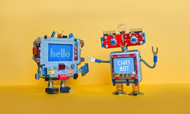 Το ρομπότ συνομιλίας BOT χαιρετίζει τον αρρενωπό ρομποτικό χαρακτήρα Δημιουργικά παιχνίδια σχεδίου στο κίτρινο υπόβαθρο στοκ εικόνα με δικαίωμα ελεύθερης χρήσης