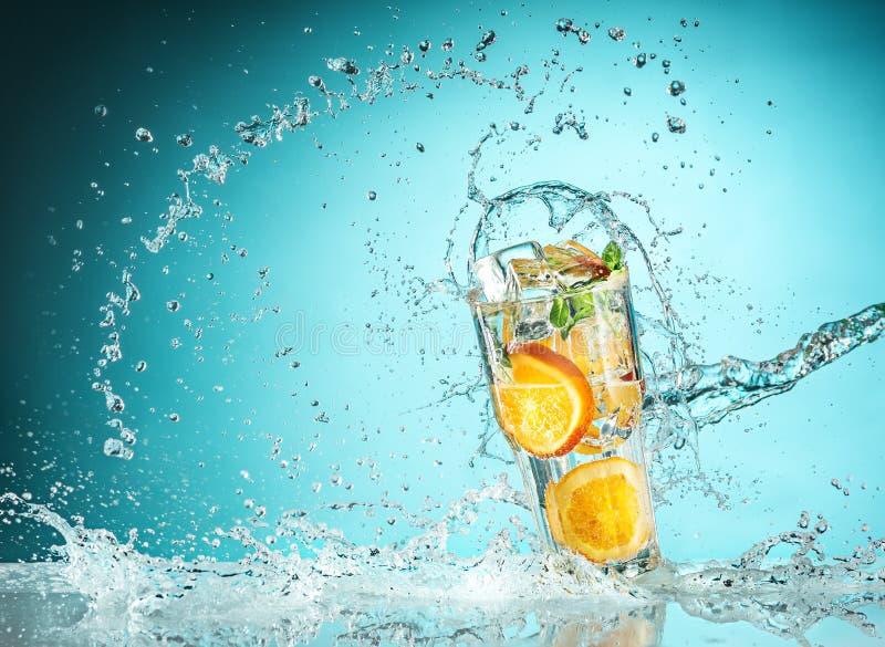 Το ροδαλά εξωτικά κοκτέιλ και τα φρούτα στο μπλε στοκ φωτογραφία με δικαίωμα ελεύθερης χρήσης