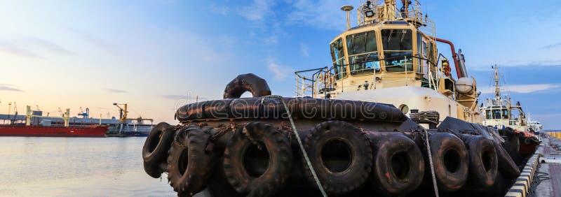 Το ρυμουλκό είναι στην αποβάθρα στο θαλάσσιο λιμένα στοκ εικόνες
