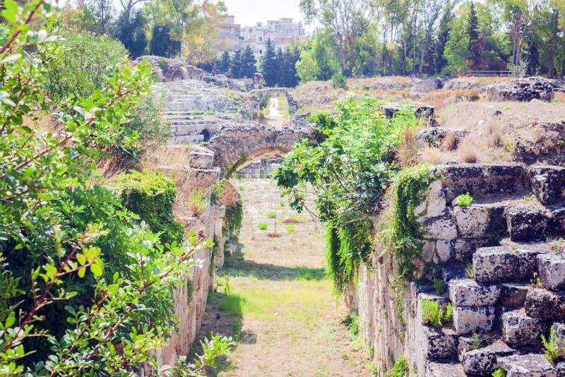 Το ρωμαϊκό αμφιθέατρο καταστροφές των Συρακουσών †«στο πάρκο Archeological, Σικελία, Ιταλία στοκ εικόνα