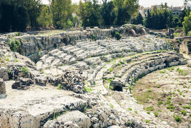 Το ρωμαϊκό αμφιθέατρο Συρακούσες καταστροφές Siracusa †«στο πάρκο Archeological, Σικελία, Ιταλία στοκ εικόνες