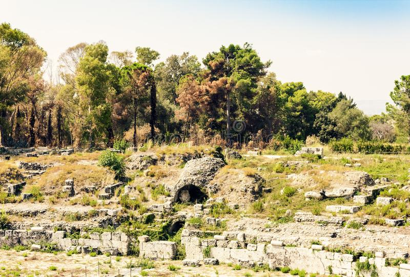 Το ρωμαϊκό αμφιθέατρο Συρακούσες καταστροφές Siracusa †«στο πάρκο Archeological, Σικελία, Ιταλία στοκ φωτογραφία