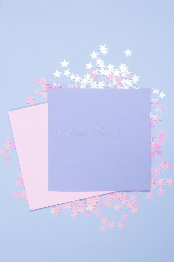 Το ρόδινο και μπλε κενό πρότυπο καρτών κρητιδογραφιών και το μπλε υπόβαθρο με διεσπαρμένος ακτινοβολούν αστέρια Διάστημα για το κ στοκ φωτογραφίες
