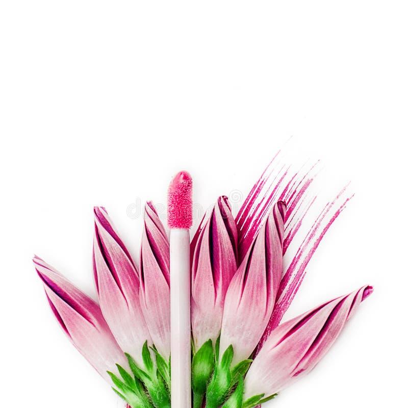 Το ρόδινο χείλι σχολιάζει και λουλούδια επάνω απομονωμένο στο λευκό υπόβαθρο Ð ¡ επάνω στοκ εικόνα