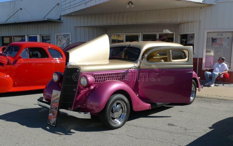 Το ρόδινο και χρυσό όχημα, αντίκα, στο αυτοκίνητο παρουσιάζει στοκ εικόνες