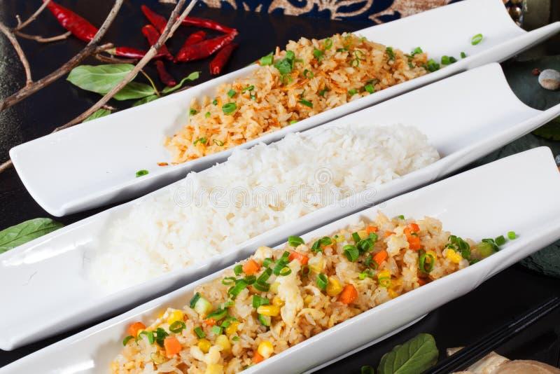 Το ρύζι διακοσμεί τα είδη τύπων με τα λαχανικά, γαρίδες, βάρκα, κινεζικά στοκ εικόνα