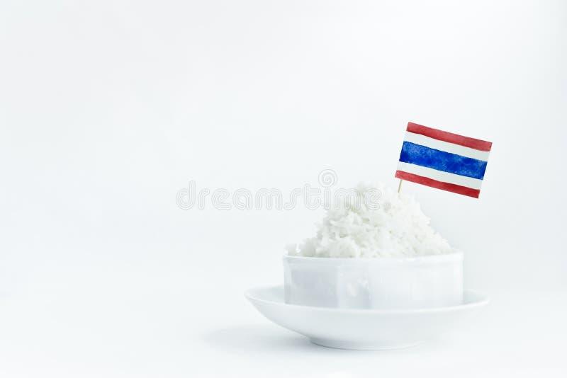 Το ρύζι της Jasmine που φυτεύτηκε στην Ταϊλάνδη μαγείρεψε έτοιμο να φάει στο κεραμικό άσπρο κύπελλο στο άσπρο υπόβαθρο, να απομον στοκ φωτογραφία με δικαίωμα ελεύθερης χρήσης