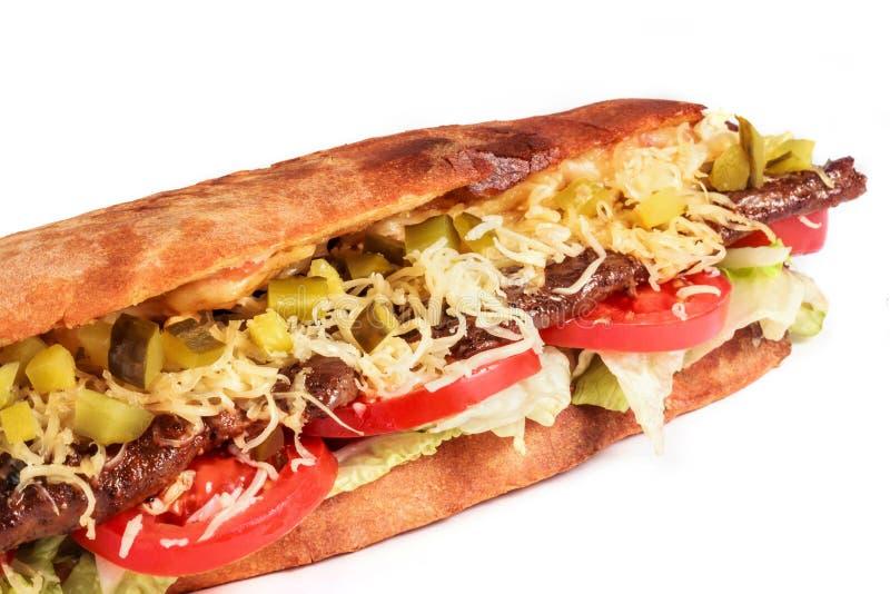 Το σάντουιτς από το φρέσκο ψωμί pita με τη λωρίδα έψησε το βόειο κρέας, μαρούλι, φέτες των φρέσκων ντοματών στη σχάρα στοκ φωτογραφίες με δικαίωμα ελεύθερης χρήσης