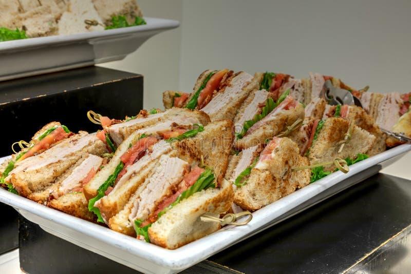 Το σάντουιτς λεσχών της Τουρκίας έκανε με την Τουρκία, την ντομάτα, το μπέϊκον, mayo και το λ στοκ εικόνες