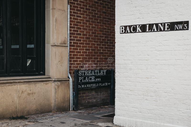 Το σήμα οδών στη γωνία της πίσω παρόδου και της θέσης Streatley, στοκ εικόνες