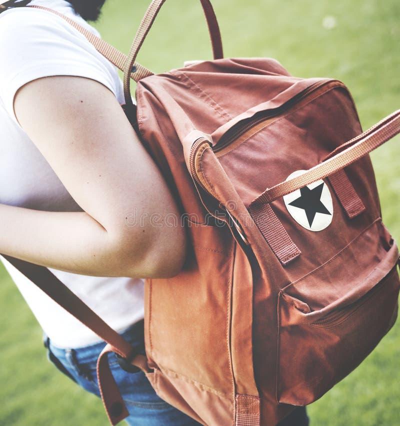 Το Σαββατοκύριακο Bagpacker ταξιδιού γυναικών χαλαρώνει την έννοια στοκ φωτογραφία με δικαίωμα ελεύθερης χρήσης