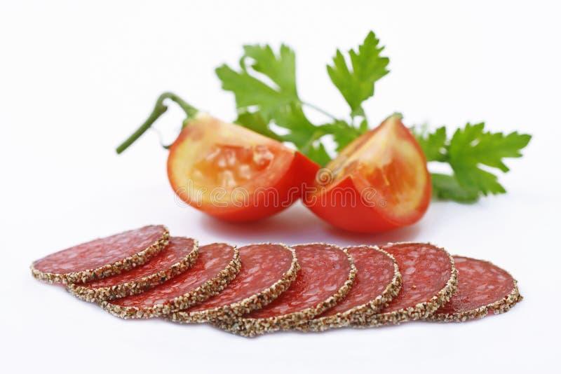 το σαλάμι τεμαχίζει τις ντομάτες στοκ εικόνες
