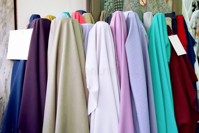 Το σατέν έχει πολλά χρώματα Το χρώμα κρητιδογραφιών υφάσματος πωλεί στην αγορά Υπόβαθρο σύστασης υφασμάτων στοκ εικόνα