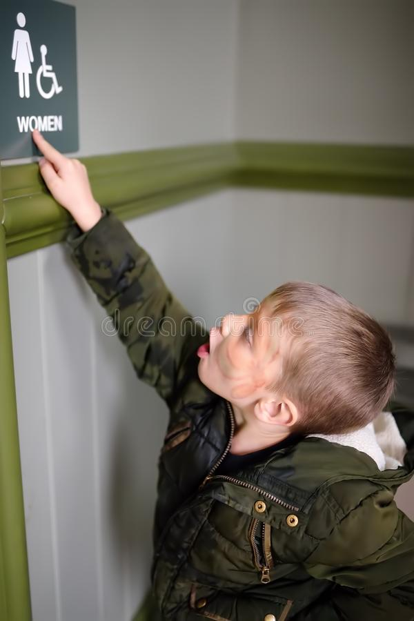 Το σημάδι ανάγνωσης μικρών παιδιών στην πόλη ή πηγαίνει σε ένα κυνήγι θησαυρών αναζήτησης Γενέθλια παιδιού Εικασία των αινιγμάτων στοκ φωτογραφία με δικαίωμα ελεύθερης χρήσης