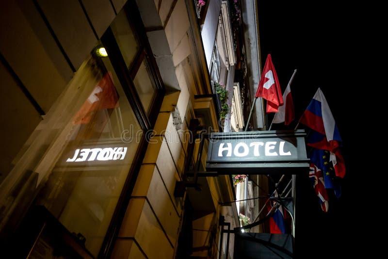 Το σημάδι ενός ξενοδοχείου επάνω από μια είσοδο στη νύχτα στοκ φωτογραφία
