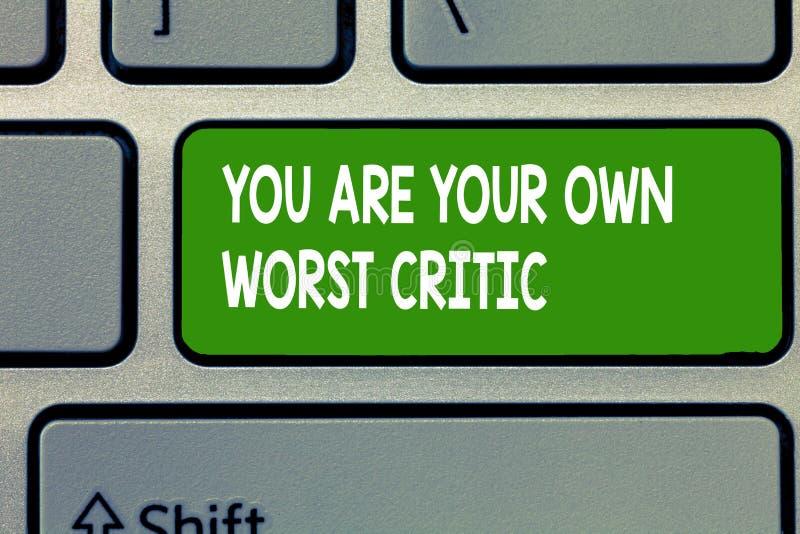 Το σημάδι κειμένων που παρουσιάζει εσείς είναι ο χειρότερος κριτικός σας Εννοιολογική φωτογραφία πάρα πολύ σκληρή στο μόνο αριθ.  στοκ εικόνες