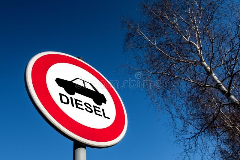 Το σημάδι κυκλοφορίας που απαγορεύει για να χρησιμοποιηθούν τα αυτοκίνητα diesel στοκ εικόνα με δικαίωμα ελεύθερης χρήσης