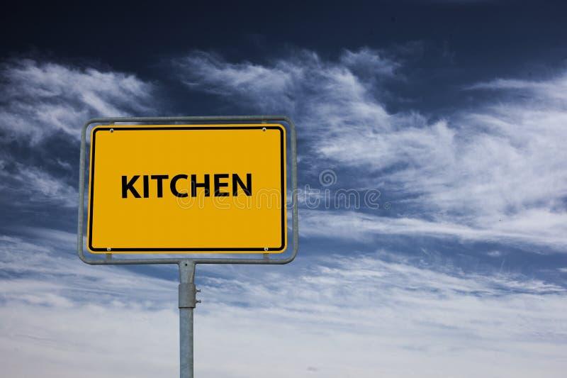 Το σημάδι που παρουσιάζει ΚΟΥΖΙΝΑ λέξης, στο υπόβαθρο είναι ένας θυελλώδης μπλε ουρανός στοκ φωτογραφίες