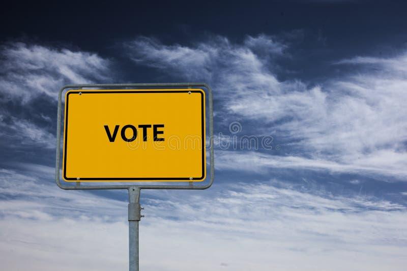 Το σημάδι που παρουσιάζει ΨΗΦΟΦΟΡΙΑ λέξης, στο υπόβαθρο είναι ένας θυελλώδης μπλε ουρανός στοκ εικόνα με δικαίωμα ελεύθερης χρήσης