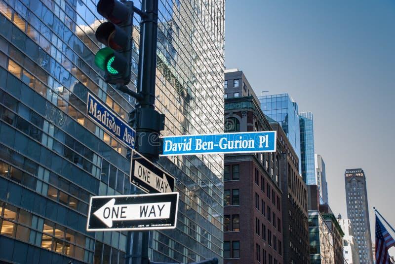 Το σημάδι στην ανατολική 43$ος οδό του Δαβίδ Ben Gurion Place στο παρελθόν μεταξύ των λεωφόρων Vanderbilt και του Μάντισον στοκ φωτογραφία