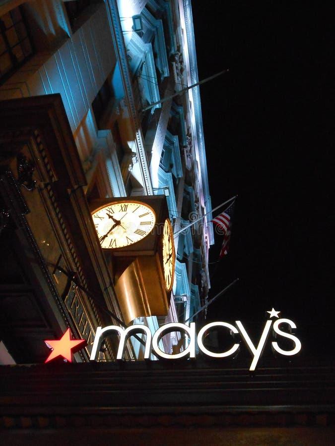 Το σημάδι του Macy ανακοινώνει επάνω το τετράγωνο, Νέα Υόρκη στοκ εικόνες