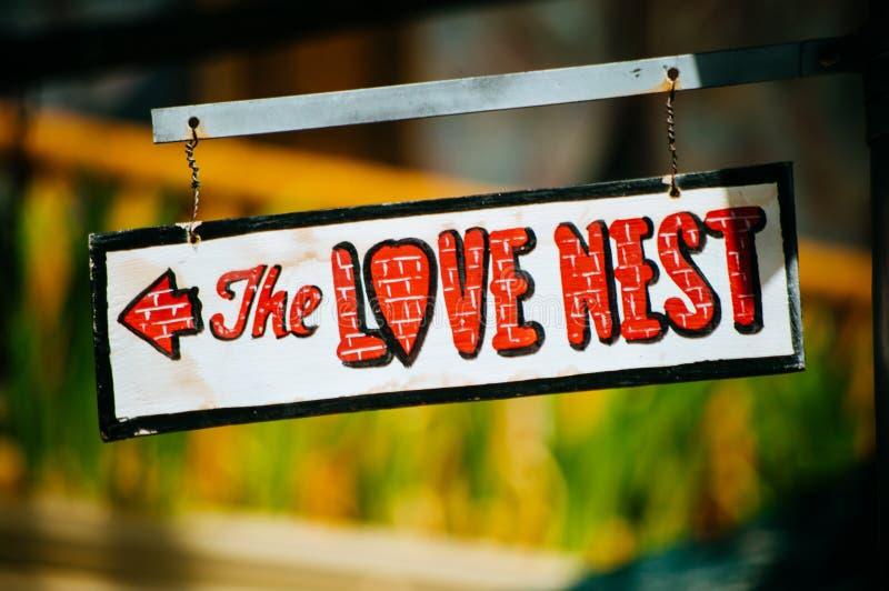 Το σημάδι φωλιών αγάπης στο μεταλλικό πίνακα στοκ φωτογραφίες