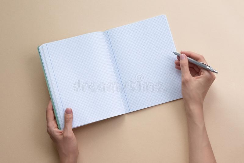 Το σημειωματάριο εκμετάλλευσης γυναικών στο υπόβαθρο χρώματος o στοκ εικόνες