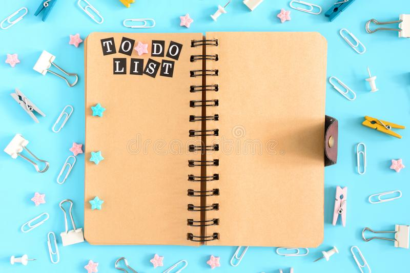 Το σημειωματάριο στα ελατήρια είναι ανοικτό Δίπλα στα χαρτικά Στις καφετιές σελίδες του σημειωματάριου υπάρχει μια επιγραφή στοκ εικόνα με δικαίωμα ελεύθερης χρήσης