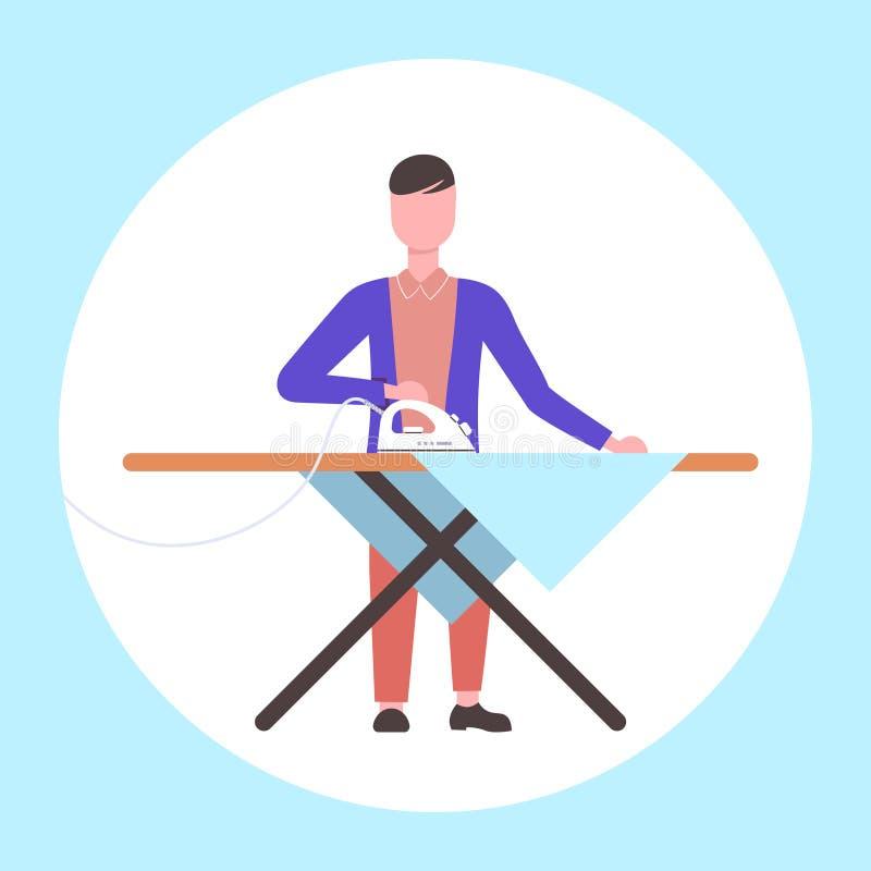 Το σιδέρωμα ατόμων ντύνει τον τύπο χρησιμοποιώντας το σίδηρο που κάνει οικιακών έννοιας το αρσενικό επίπεδο μήκους χαρακτήρα κινο απεικόνιση αποθεμάτων