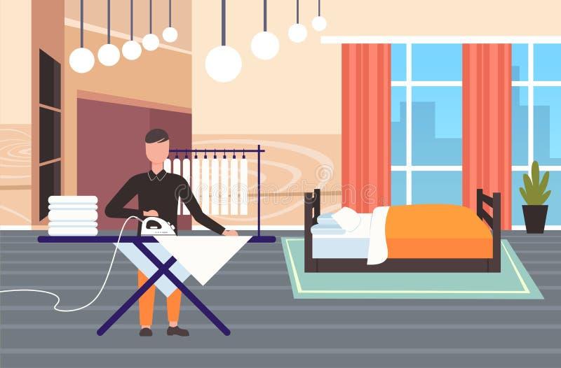 Το σιδέρωμα ατόμων ντύνει τον τύπο χρησιμοποιώντας το σίδηρο που κάνει οικιακών έννοιας το σύγχρονο πλήρες μήκος χαρακτήρα κινουμ ελεύθερη απεικόνιση δικαιώματος
