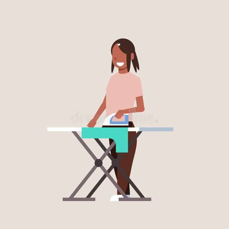 Το σιδέρωμα νοικοκυρών ντύνει το χαμογελώντας κορίτσι σιδήρου εκμετά απεικόνιση αποθεμάτων