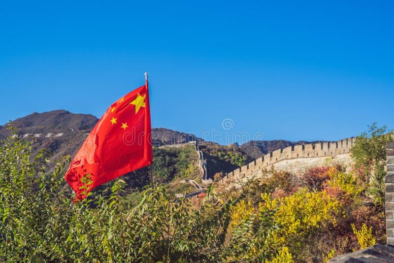 Το Σινικό Τείχος της Κίνας στο υπόβαθρο και το κινεζικό ΕΜΒΛΗΜΑ κόκκινων σημαιών, ΜΑΚΡΟΧΡΟΝΙΟ ΣΧΗΜΑ στοκ εικόνα